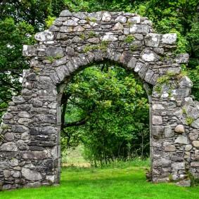 Массивная арка из плоского камня