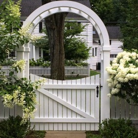 Деревянная калитка белого цвета