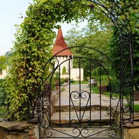 Кованная калитка на входе в сад