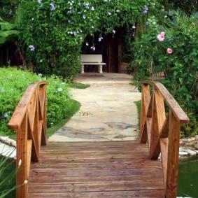 Садовый мостик с деревянными перилами