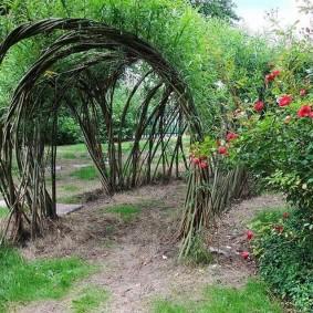 Круглая арка из ивовых прутьев
