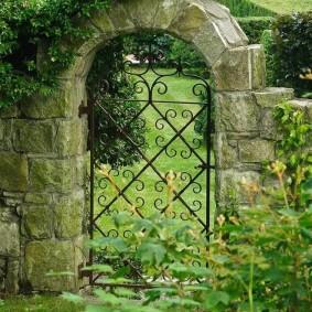 Кованная калитка в каменной арке
