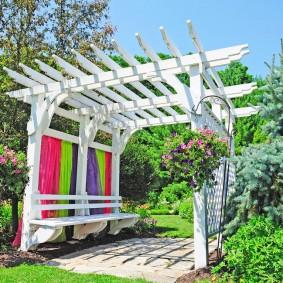 Садовая пергола над площадкой для отдыха