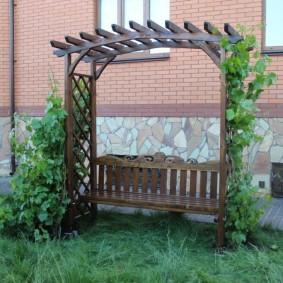 Удобная скамейка с деревянной перголой