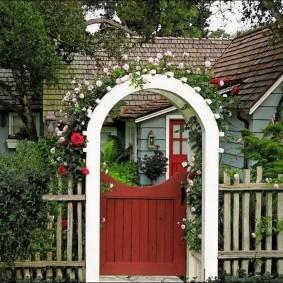 Белая арка в палисаднике загородного дома