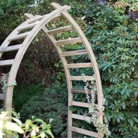 Деревянная арка на загородном участке