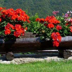 Садовая клумба из бревна своими руками