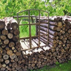 Окошко в поленнице с дубовыми дровами