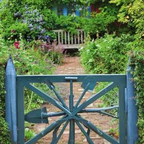 Садовая калитка из ненужного инструмента
