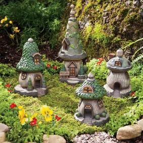 Домики гномов на садовой клумбе
