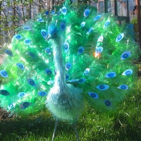 Садовый павлин из пластиковых бутылок
