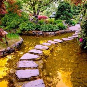 Каменная тропинка через искусственный водоем