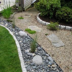 Декор мелким камнем садового участка