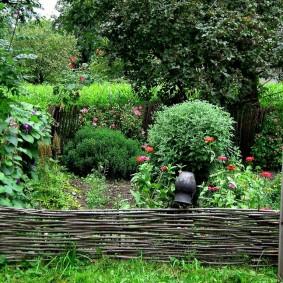 Декоративный заборчик из прутьев ивы