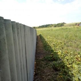 Длинный забор из семиволнового шифера