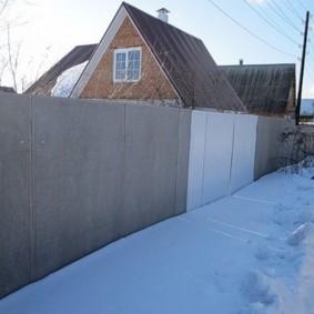 Дачный участок с забором из плоского шифера