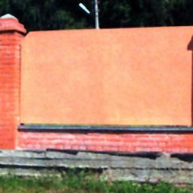 Капитальный забор с кирпичными столбами