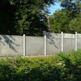 Забор из шифера с металлическими столбами