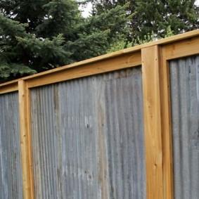 Садовый забор с плоским шифером на деревянном каркасе