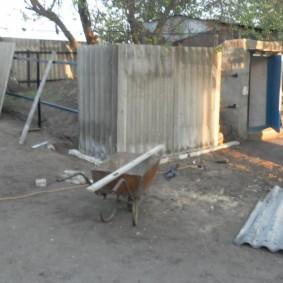 Сооружение шиферного забора на стальном каркасе