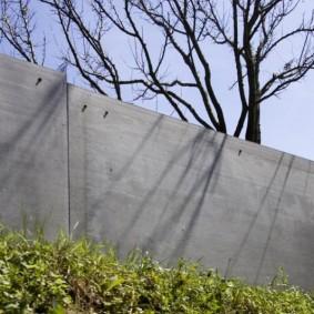 Сплошной забор серого цвета