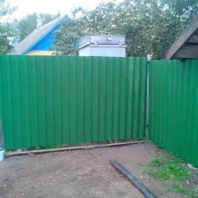 Темно-зеленый забор на дачном участке