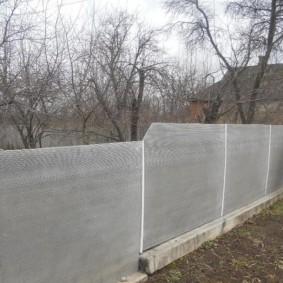 Шиферный забор на садовом участке