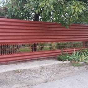Забор из усиленного шифера на загородном участке