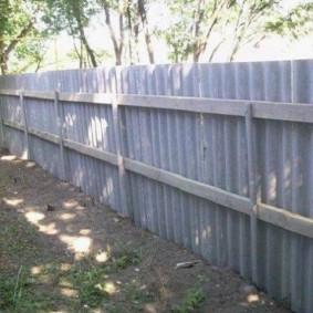 Деревянные прожилины на глухом заборе
