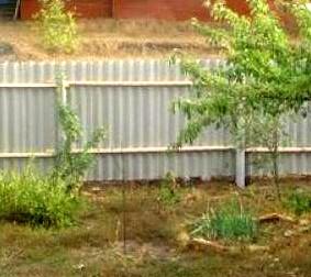 Загородный участок с глухим забором