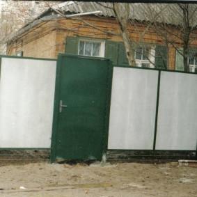 Зеленая калитка перед старым домом