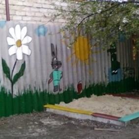 Детские рисунки на старом заборе