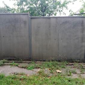 Простой забор из шиферных листов
