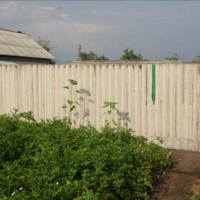 Дальный углок садового участка со старым забором