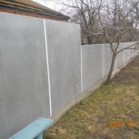 Сплошная ограда на садовом участке