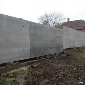 Высокий забор перед сельским домом