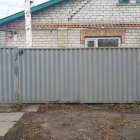 Наружный блок сплит-системы на стене кирпичного дома