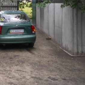 Легковой автомобиль перед шиферным забором