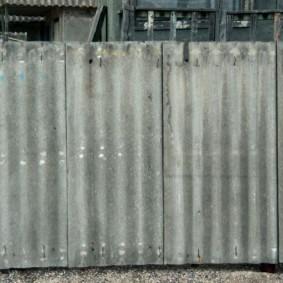 Забор из бывшего в употреблении шифера