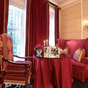 Бардовый текстиль в интерьере гостиной комнаты