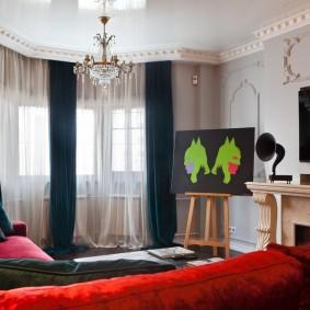 Оформление окна гостиной черными портьерами