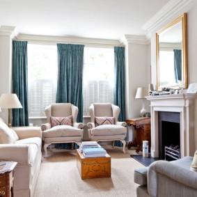 Синие занавески в гостиной с камином