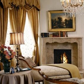 Картина в рамке над камином в гостиной