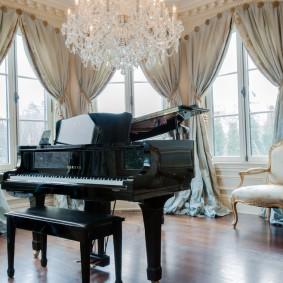 Черный рояль в гостиной комнате