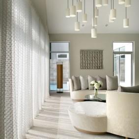 Белые шторы во всю стену гостиной комнаты