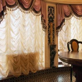 Французские шторы с ламбрекеном на окнах гостиной