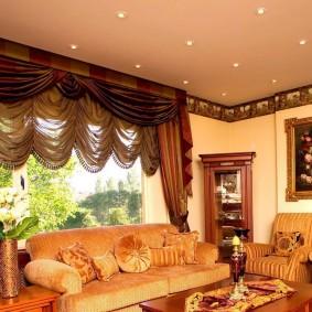 Массивные шторы за диваном в комнате