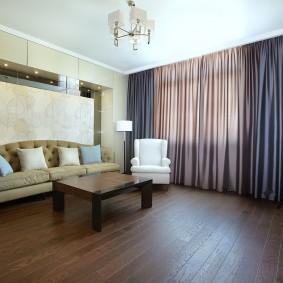 Деревянный пол в просторной гостиной