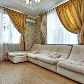 Золотистые шторы в гостевой комнате