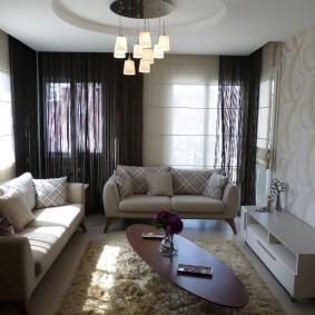 Овальный столик в гостиной с двумя диванами